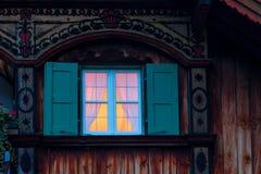 Oud landelijk traditioneel chalet met detail, vensters, balkon stock foto