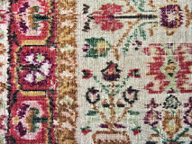 Oud langzaam verdwenen tapijt met bloemenornamentclose-up Stock Afbeeldingen
