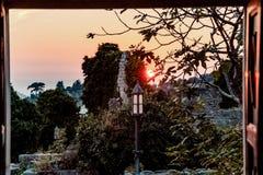 Oud lantaarnsilhouet in oude stadsbar in Montenegro royalty-vrije stock fotografie
