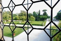 Oud leaded gebrandschilderd glas met een tuin royalty-vrije stock foto's