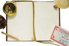 Oud leeg boek met kompas, shells, potlood en geld stock afbeeldingen