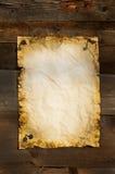 Oud leeg document dat aan boord als achtergrond wordt geknipt Royalty-vrije Stock Afbeelding