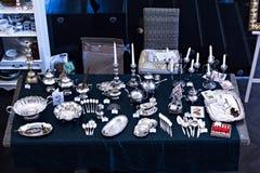 Oud lepels en bestek op de uitstekende markt Verkoop van antiquiteiten bij de markt Stock Afbeelding