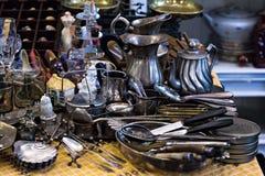 Oud lepels en bestek op de uitstekende markt Verkoop van antiquiteiten bij de markt Stock Foto's