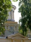Oud lijkenhuis in Rusland met schedel en gekruiste knekels Stock Afbeeldingen