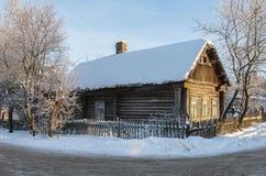 Oud logboekhuis in de wintertijd Stock Afbeelding