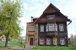 Oud logboekhuis met een steenportiek Royalty-vrije Stock Afbeelding