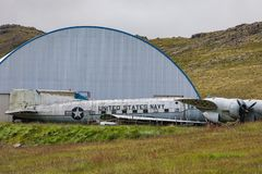 Oud marinevliegtuig die in patrekfjordurwestfjords liggen royalty-vrije stock foto's