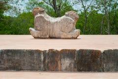 Oud Mayan standbeeld, dat een jaguar met twee hoofden symboliseert stock foto's