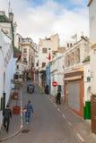 Oud Medina-gebied in Tanger, Marokko De gewone mensen lopen Royalty-vrije Stock Afbeeldingen