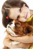 oud meisje 5 jaar en de geïsoleerdee hond Stock Foto