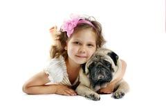 Oud meisje 5 jaar en de hond die op a wordt geïsoleerdo Stock Foto