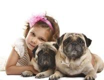 Oud meisje 5 jaar en de hond die op a wordt geïsoleerdd Royalty-vrije Stock Afbeelding