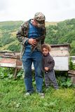 Oud mens en kind, Georgië De bergen van de Kaukasus Licht onduidelijk beeld in agent om motie te tonen royalty-vrije stock fotografie