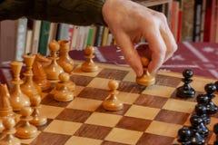 Oud mens het spelen schaak, Hand die het pand houden royalty-vrije stock afbeelding
