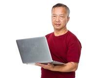 Oud mensengebruik van de laptop computer Royalty-vrije Stock Afbeeldingen