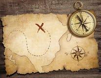 Oud messings antiek zeevaartkompas op lijst Stock Foto