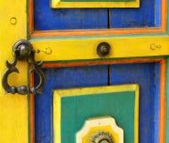 Oud messingshandvat op kleurrijke houten deur royalty-vrije stock foto