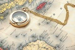 Oud messingskompas op de uitstekende kaart Royalty-vrije Stock Foto