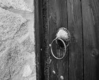 Oud metaalhandvat van een oude deur Stock Afbeelding