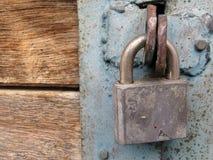 Oud metaalhangslot op de gesloten deuren royalty-vrije stock afbeeldingen