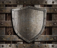 Oud metaalschild op houten middeleeuwse poorten stock foto