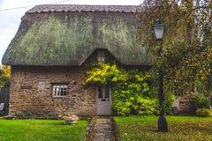 Oud metselwerkhuis in de herfstseizoen stock afbeeldingen