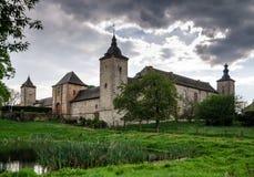 Oud middeleeuws kasteel in platteland stock foto's