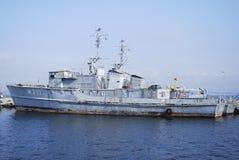 Oud militair schip in haven Royalty-vrije Stock Afbeeldingen