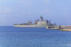 Oud militair slagschip met radar op blauwe overzees die bij jachthaven wordt gedokt royalty-vrije stock fotografie