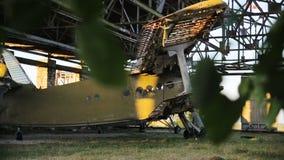 Oud militair vliegtuig in de hangaar stock videobeelden