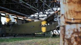 Oud militair vliegtuig in de hangaar stock video
