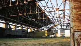 Oud militair vliegtuig in de hangaar stock footage