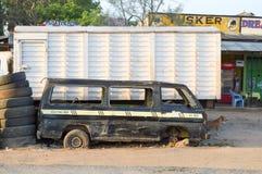 Oud minibuspark langs Nairobi stock afbeeldingen