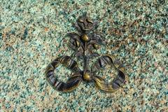Oud minted de plakgraniet van het monogram ageinst groen graniet royalty-vrije stock foto