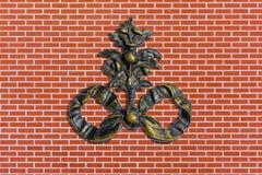 Oud minted monogram op rode bakstenen muur stock afbeelding
