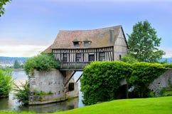 Oud molenhuis op brug, Vernon, Normandië, Frankrijk Stock Fotografie