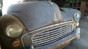 Oud Morris Minor Rusty Car Barn vindt stock fotografie