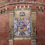 Oud mozaïekwapenschild van Koninkrijk van Hongarije in Boedapest stock foto's