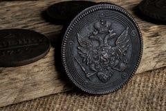 Oud muntstuk met een dubbel-geleid muntstuk van het adelaarskoper van Rusland van de 17de eeuw, een zeldzaam muntstuk Stock Foto's