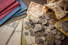 Oud muntstukken en bankboek op grungeachtergrond. Royalty-vrije Stock Fotografie