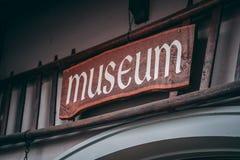 Oud museumteken buiten een klein dorpsmuseum stock fotografie