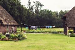 Oud Nederlands Landbouwbedrijf in de Zomer met Wasserij die in openlucht drogen royalty-vrije stock afbeeldingen