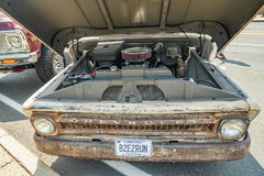 Oud neem vrachtwagen op in auto wordt gekenmerkt die tonen Royalty-vrije Stock Afbeelding