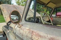 Oud neem vrachtwagen op in auto wordt gekenmerkt die tonen Royalty-vrije Stock Foto's