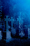 Oud nevelig kerkhof bij nacht Royalty-vrije Stock Afbeelding