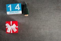 Oud nieuw jaar 14 januari Beeld 14 dag van Januari-maand, kalender met Kerstmisgift en Kerstmisboom Achtergrond met Stock Afbeeldingen