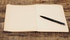 Oud notitieboekje met pen Stock Afbeeldingen