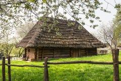 Oud Oekraïens huis met stro stock afbeeldingen
