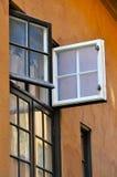 Oud open venster op gipspleistermuur royalty-vrije stock fotografie